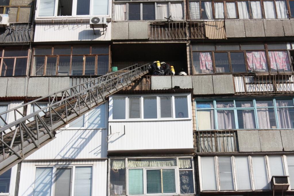 В запорожье горел балкон многоэтажки, - фото.