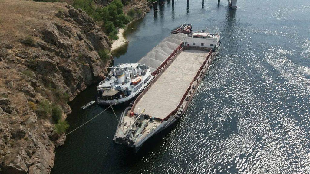Самоходная баржа затонула в Каховском водохранилище, нефтяное пятно растянулось на 6 км - Цензор.НЕТ 7395