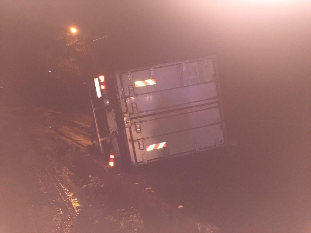Запорожский грузовик перевернулся после столкновения с бетонным ограждением (фото)